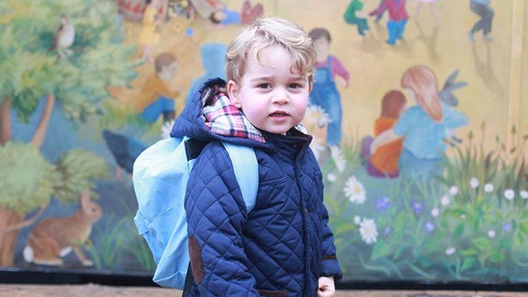György herceg az iskola előtt