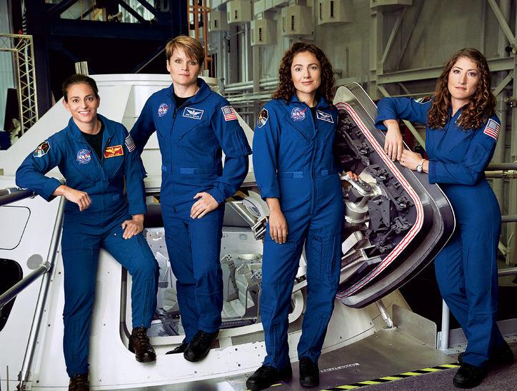 Nicole Aunapu Mann, Anne McClain, Jessica Meir és Christina Hammock Koch a houstoni Johnson Űrközpontban (Fotó: NASA)