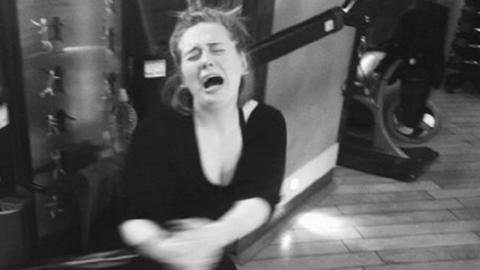 Zseniális fotót posztolt az edzőteremből Adele