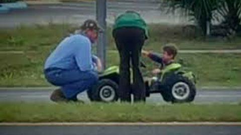 Játék autójával hajtott a kisfiú az országútra