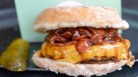 Nutella és bacon is van a bizarr fánkburgerben