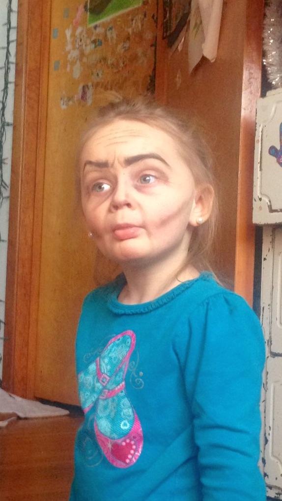 Megdöbbentő átalakulás: öregasszonyt csináltak a hároméves kislányból