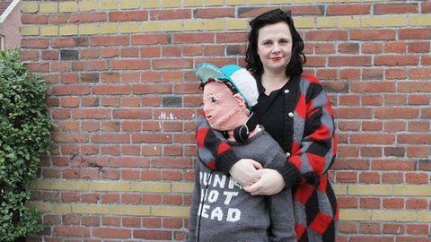 Tinédzser fiát már nem ölelgetheti, ezért kötött magának egy új fiút az anyuka