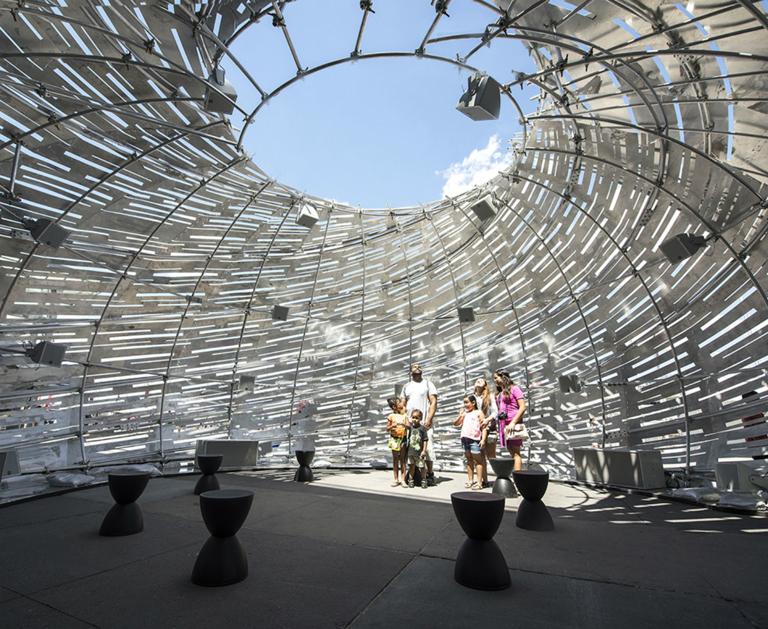 A pavilon belsejében surround hangszórók biztosítják a röppályák követésének lehetőségét (Fotó: NASA JPL)