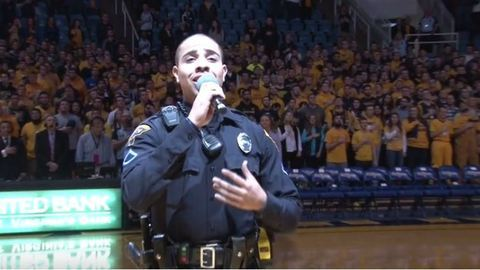 Megmentette a rendőr a kosárlabdameccset, és olyan himnuszt énekelt, hogy leesik az állad