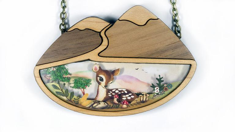 Különleges, tündérmesék inspirálta nyakláncok fából
