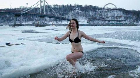 Százak merültek a jeges vízbe vízkereszt ünnepén – fotók