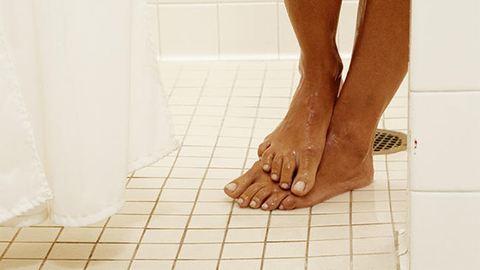 Ez történik, ha mezítláb mész be egy közös zuhanyzóba