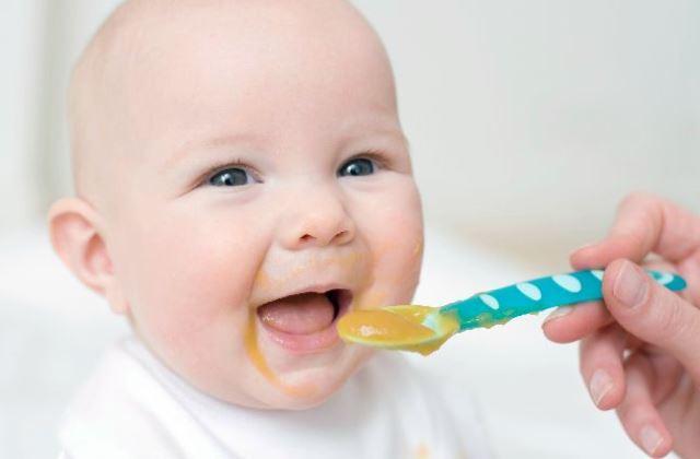 Ebből az 5 jelből tudhatod, hogy 5-7 hónapos kisbabád már ehet szilárd ételeket