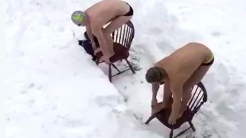 Ne csináld utánuk: hóban lubickolnak a lelkes amerikaiak