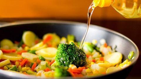 Egészségesebb lehet a zöldségeket sütni, mint főzni
