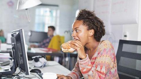 Újabb meghökkentő ok, hogy miért egyél a munkatársaiddal