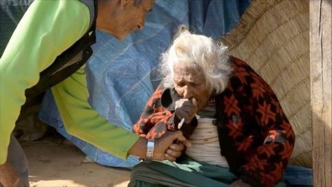 A 112 éves láncdohányos nagyi napi 30 szál cigarettát szív el, és köszöni, jól van
