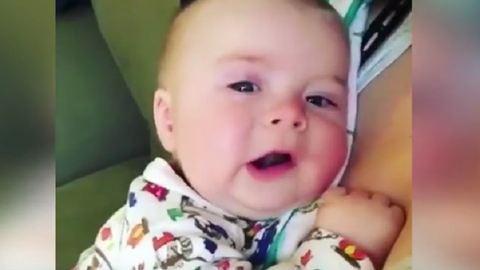 Elolvadsz a kisbabától, aki tüsszentés után jajveszékel!