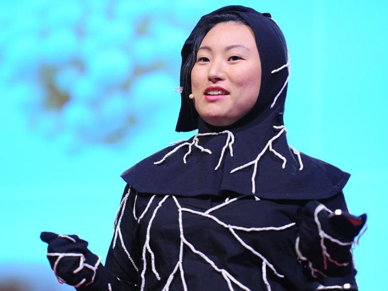 Jae Rhim Lee az Infinity Mushroom Suit-ot viselve tartott TED-beszédet