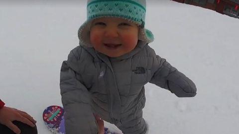 Lazán snowboardozik az egyéves kisbaba – cuki videó