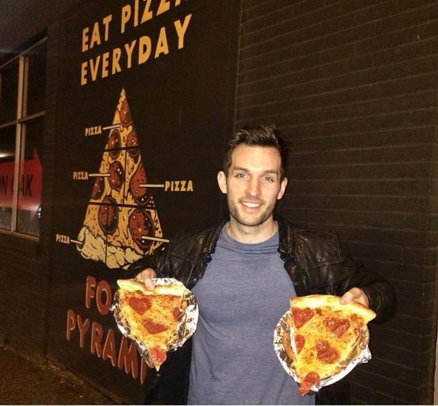 A világ minden táján pizzát rendel ez a helyes pasi - képek