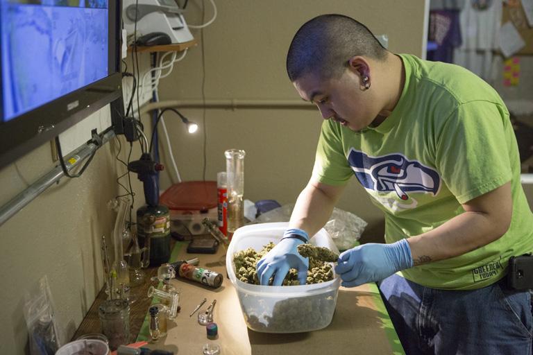Egy seattle-i cannabis store-ban készítik elő az árut