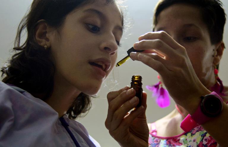 A kolumbiai Luna Valentina súlyos epilepsziáját orvosi cannabis cseppekkel kezelik (Fotó: Raul Arboleda/Getty Images)