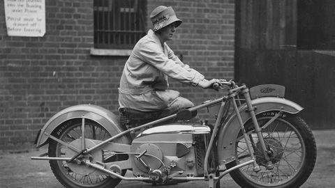 Retró fotók: ennyire menők voltak a motoros csajok régen