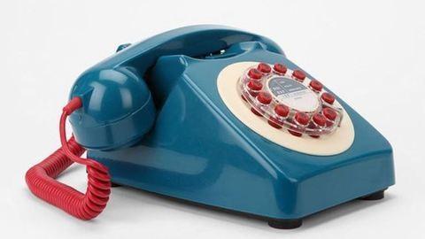 Túszul ejtette a telefonszerelőt egy 60 éves nő