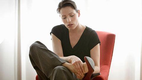 Így gyógyítsd meg sajgó lábaidat - akár tévézés közben is
