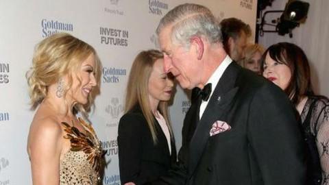 Károly herceg majdnem beleesett Kylie Minogue dekoltázsába