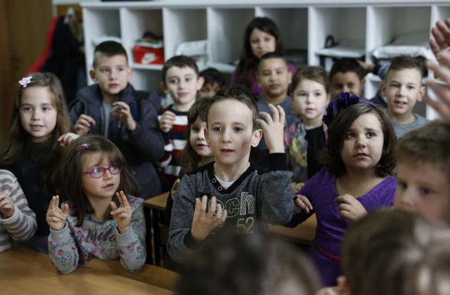 Az egész osztály megtanulta a jelnyelvet a siket kisfiú miatt