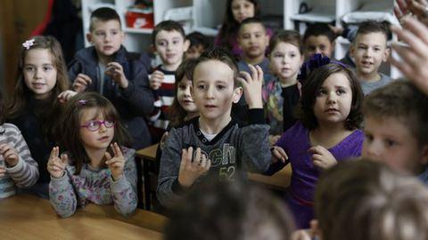 Megható! Az egész osztály megtanulta a jelnyelvet a siket kisfiú miatt