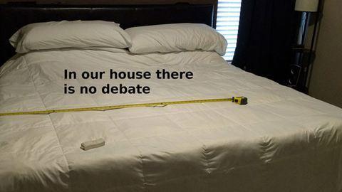Így oldotta meg az ágy felosztását a leleményes férj