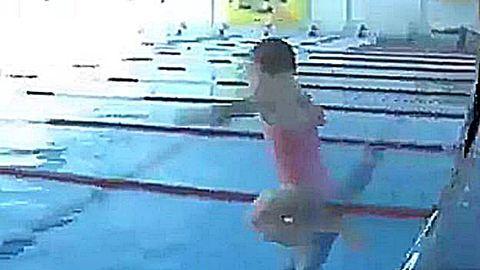 Így ugrik mély vízbe az önálló baba – videó