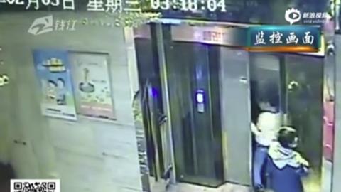 Liftaknába zuhant a részeg kínai