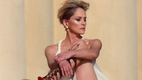 Az 57 éves Sharon Stone vonaglik a kamera előtt
