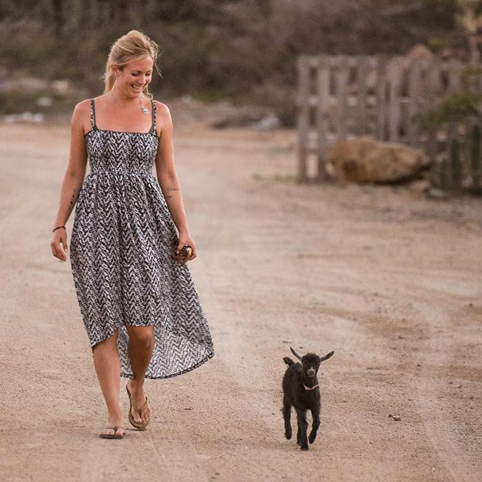 Napi cuki: együtt jógázik a kecskegida és a lány