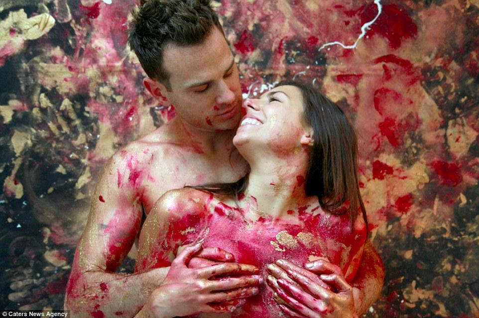 Összefestékezik egymást szex előtt a szerelmesek - fotók