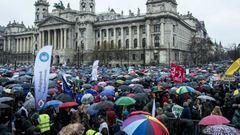 Pedagógustüntetés: több ezer elégedetlen pedagógussal telt meg a Kossuth tér