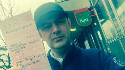 Vujity Tvrtko a csekkjét lobogtatja