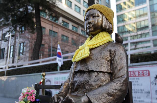 """A koreai """"komfortnők"""" emlékére állított szobor Szöulban, a japán nagykövetséggel szemben"""