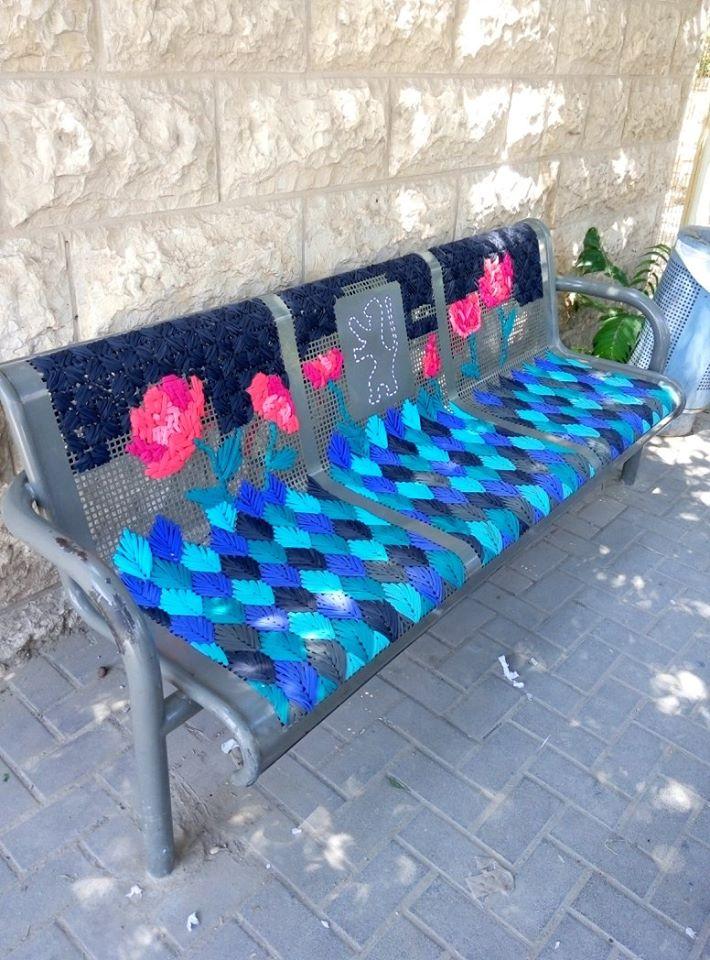 Hímzéssel dobják fel az utcai padokat a kreatív gerillaművészek