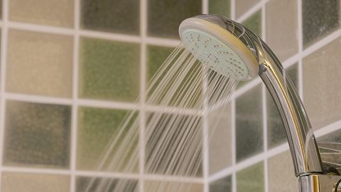 Ezért ne moss arcot a zuhany alatt!