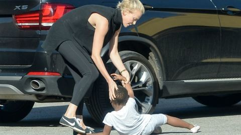Charlize Theron nyílt utcán rángatta meg a fiát