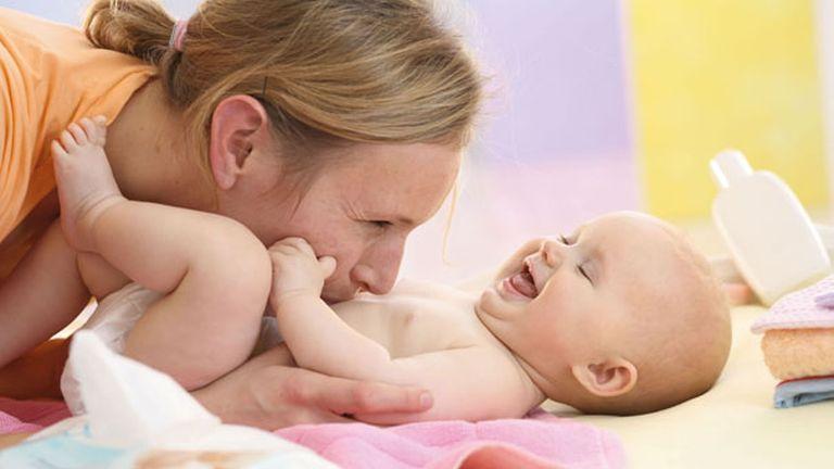 Egy egészséges baba bőrét igazából nem kellene kenni semmivel