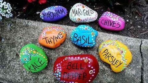 Csináld magad: dekoráld színesre festett kövekkel a kertet