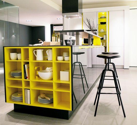 Kevesen kedvelik az erős színeket a konyhabába. Pedig ez a fekete-sárga kombináció nagyon jól mutat egy modern konyhában.