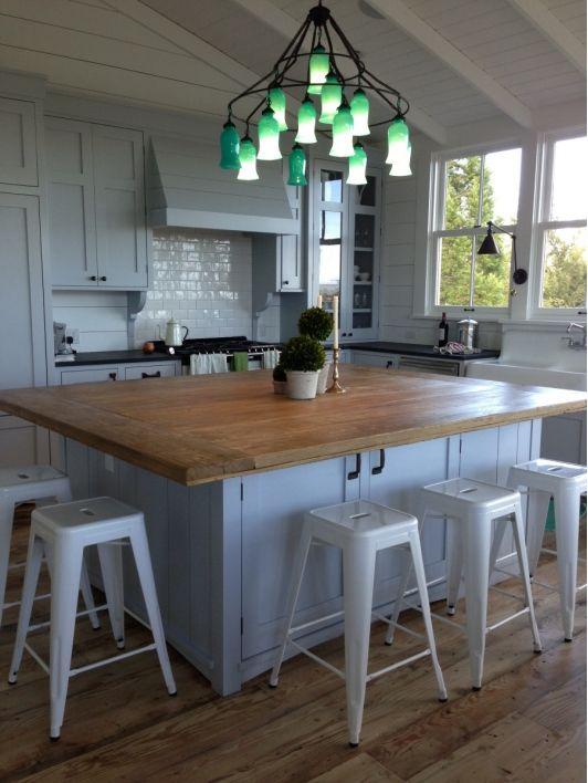 A konyhasziget nagyon jól mutat a tágas konyhában és segítségével plusz rakodófelülethez is juthatunk!