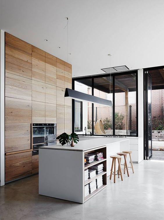 A konyhasziget a modern lakásban is jól mutat. Nem kötelező csak konyhai eszközöket tárolni benne, minden dekorációs elem jól mutat rajt.