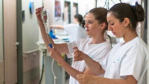 Önkénteskedni hívják a minisztereket a kórházakba