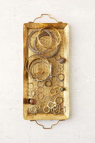 Egyedi dekorációt készíthetsz egy tálca és megunt ékszereidből.