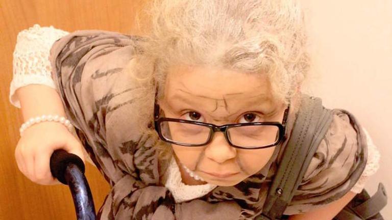 Öregasszonynak öltözött az óvodás - vicces fotó