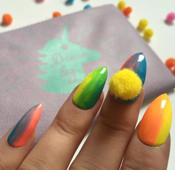 Itt az újabb elképesztő körömtrend: színes pom-pomok kerülnek a körmökre